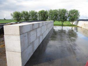 Betonblokken muur als sleufsilo